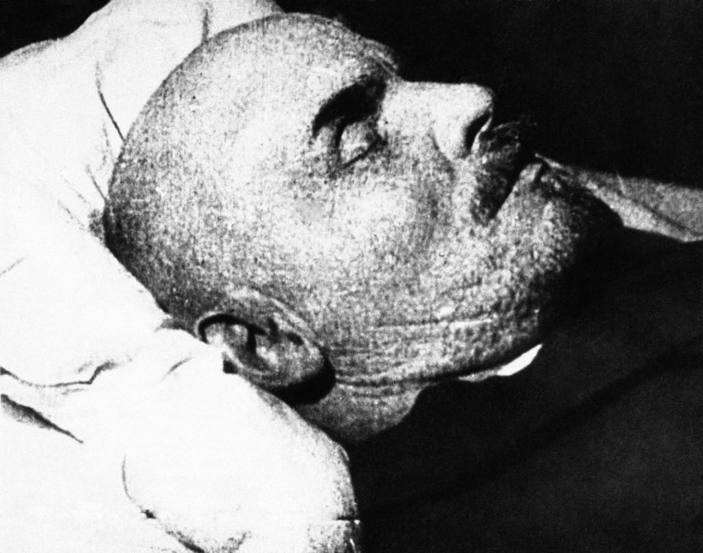Vladimir Ilitch Lênin em seu leito de morte, foto sem data (c. 1924)