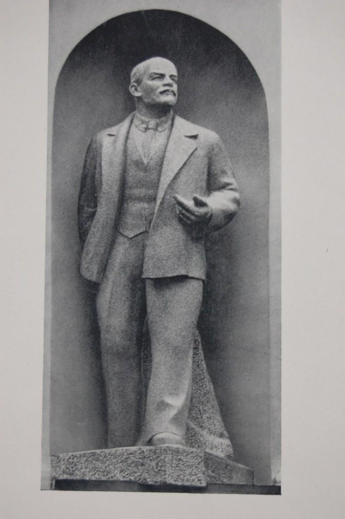 Sergei Merkurov, Monumento para o Soviete Supremo da URSS (Lênin), Kremlin, 1939, escultura em mármore.